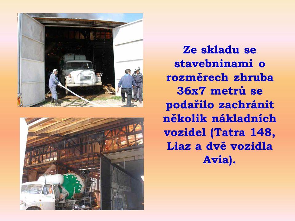 Nad vozidlem Tatra je patrná stropní konstrukce, zasažená požárem