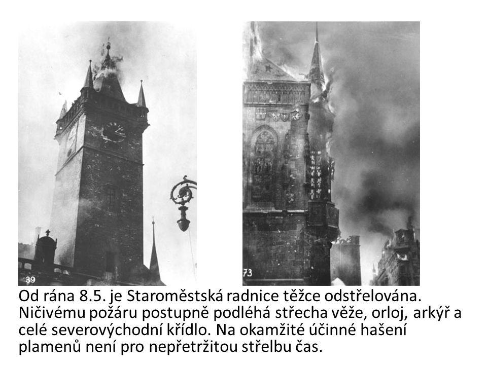 Od rána 8.5. je Staroměstská radnice těžce odstřelována. Ničivému požáru postupně podléhá střecha věže, orloj, arkýř a celé severovýchodní křídlo. Na