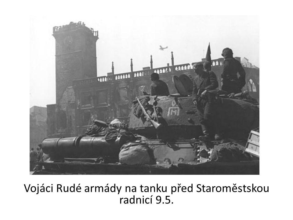 Vojáci Rudé armády na tanku před Staroměstskou radnicí 9.5.
