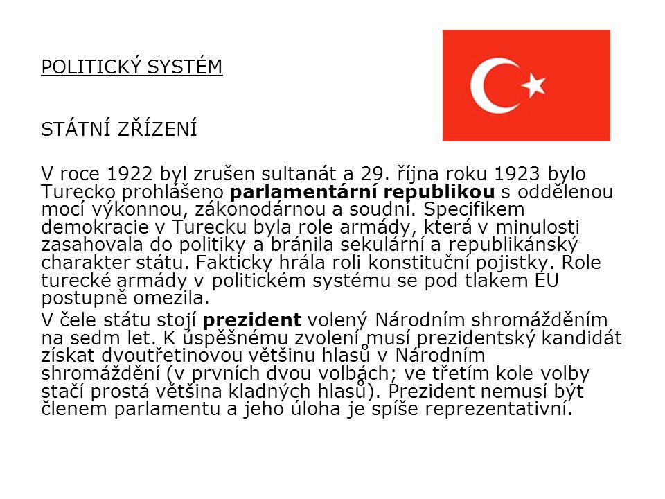 """Prvním prezidentem se stal Mustafa Kemal Paša, Turky zvaný ATATÜRK – v překladu znamená """"otec Turků ."""