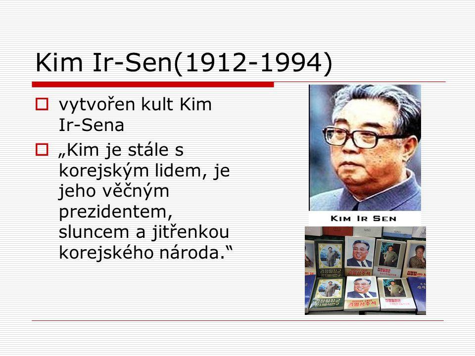 """Kim Ir-Sen(1912-1994)  vytvořen kult Kim Ir-Sena  """"Kim je stále s korejským lidem, je jeho věčným prezidentem, sluncem a jitřenkou korejského národa"""