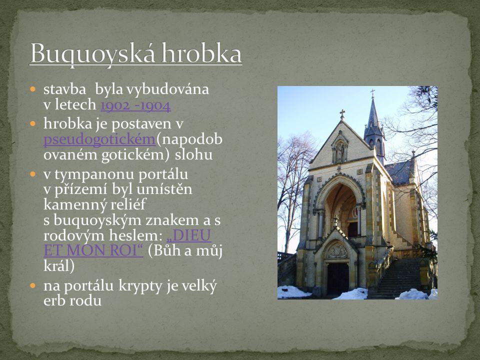 """stavba byla vybudována v letech 1902 -1904 hrobka je postaven v pseudogotickém(napodob ovaném gotickém) slohu v tympanonu portálu v přízemí byl umístěn kamenný reliéf s buquoyským znakem a s rodovým heslem: """"DIEU ET MON ROI (Bůh a můj král) na portálu krypty je velký erb rodu"""