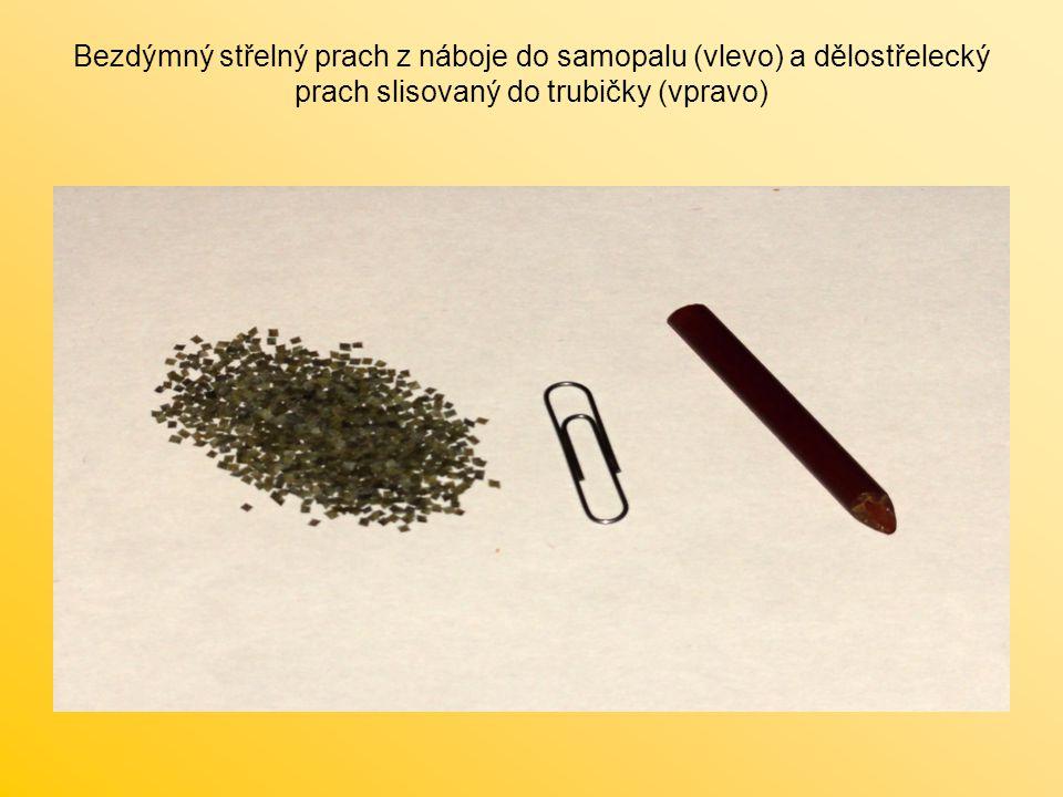 Bezdýmný střelný prach z náboje do samopalu (vlevo) a dělostřelecký prach slisovaný do trubičky (vpravo)