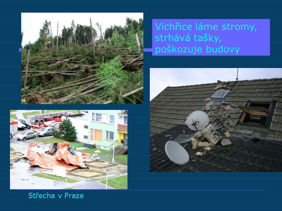 Střecha v Praze Vichřice láme stromy, strhává tašky, poškozuje budovy