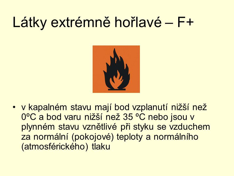 Látky vysoce hořlavé - F se mohou samovolně zahřívat a poté vznítit při styku se vzduchem za normální (pokojové) teploty, normálního (atmosférického) tlaku a bez přívodu energie se mohou v pevném stavu snadno vznítit po krátkém styku se zápalným zdrojem a po odstranění zápalného zdroje dále hoří nebo doutnají mají v kapalném stavu bod vzplanutí nižší než 21 ºC a nejsou extrémně hořlavé při styku s vodou nebo vlhkým vzduchem uvolňují vysoce hořlavé plyny
