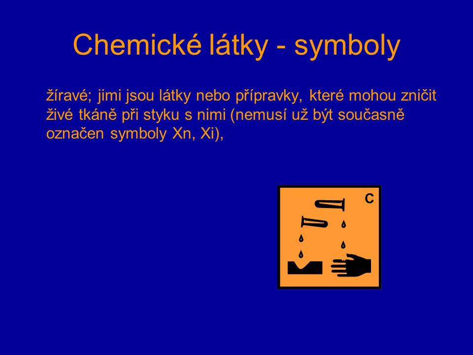 Chemické látky - symboly žíravé; jimi jsou látky nebo přípravky, které mohou zničit živé tkáně při styku s nimi (nemusí už být současně označen symbol
