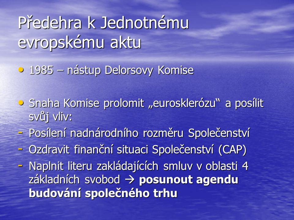 """Předehra k Jednotnému evropskému aktu 1985 – nástup Delorsovy Komise 1985 – nástup Delorsovy Komise Snaha Komise prolomit """"eurosklerózu a posílit svůj vliv: Snaha Komise prolomit """"eurosklerózu a posílit svůj vliv: - Posílení nadnárodního rozměru Společenství - Ozdravit finanční situaci Společenství (CAP) - Naplnit literu zakládajících smluv v oblasti 4 základních svobod  posunout agendu budování společného trhu"""