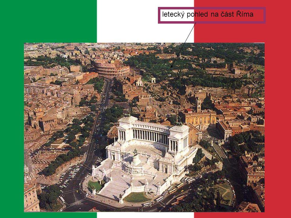 - je postavena v pozdně barokním stylu - vybudovaná v letech 1732 -1762 podle návrhu Nicola Salviho -fontána nacházející se v Římě fotografie fontány Lidé často házejí mince do fontány, aby se jim splnila jejich přání nebo také, aby se vrátili zpět do Říma.