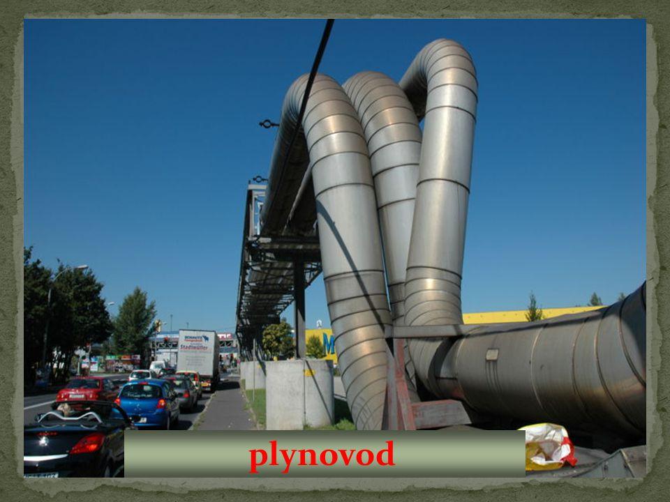 Ropa a zemní plyn se k nám dostávají pomocí potrubí zvaných: Ropa se používí zejména na výrobu: ropovody plynovody benzínu nafty elektřiny a tepla