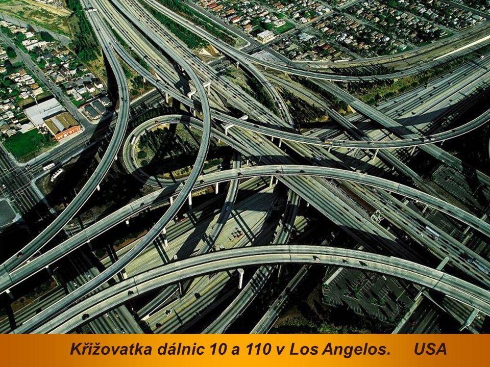 Křižovatka dálnic 10 a 110 v Los Angelos. USA