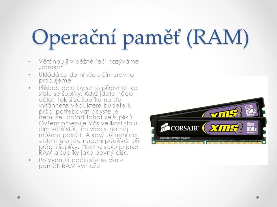 """Operační paměť (RAM) Většinou ji v běžné řeči nazýváme """"ramka Ukládá se do ní vše s čím zrovna pracujeme Příklad: dalo by se to přirovnat ke stolu se šuplíky."""