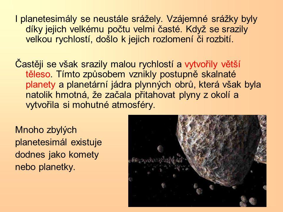 I planetesimály se neustále srážely. Vzájemné srážky byly díky jejich velkému počtu velmi časté. Když se srazily velkou rychlostí, došlo k jejich rozl