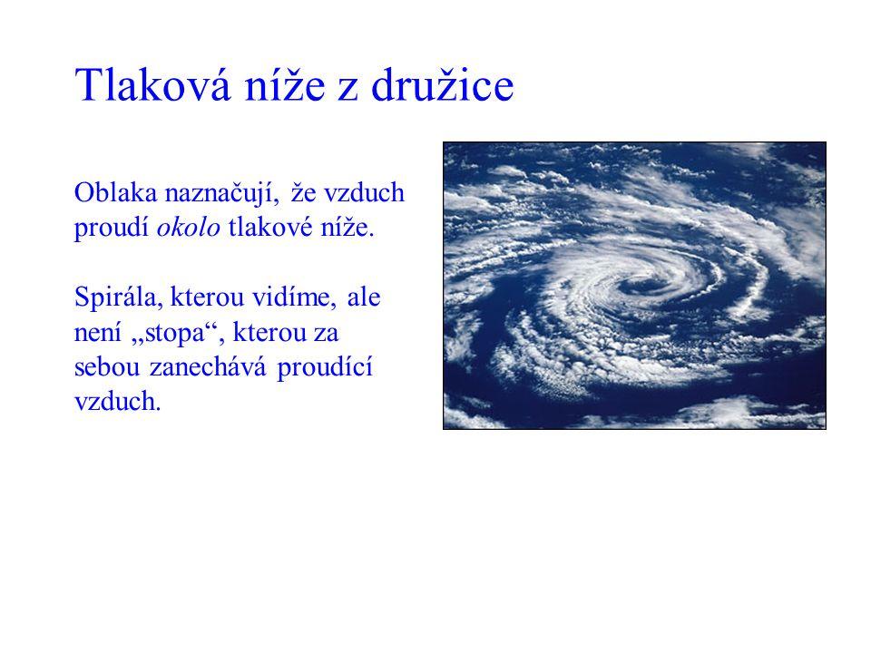 """Oblaka naznačují, že vzduch proudí okolo tlakové níže. Spirála, kterou vidíme, ale není """"stopa"""", kterou za sebou zanechává proudící vzduch. Tlaková ní"""