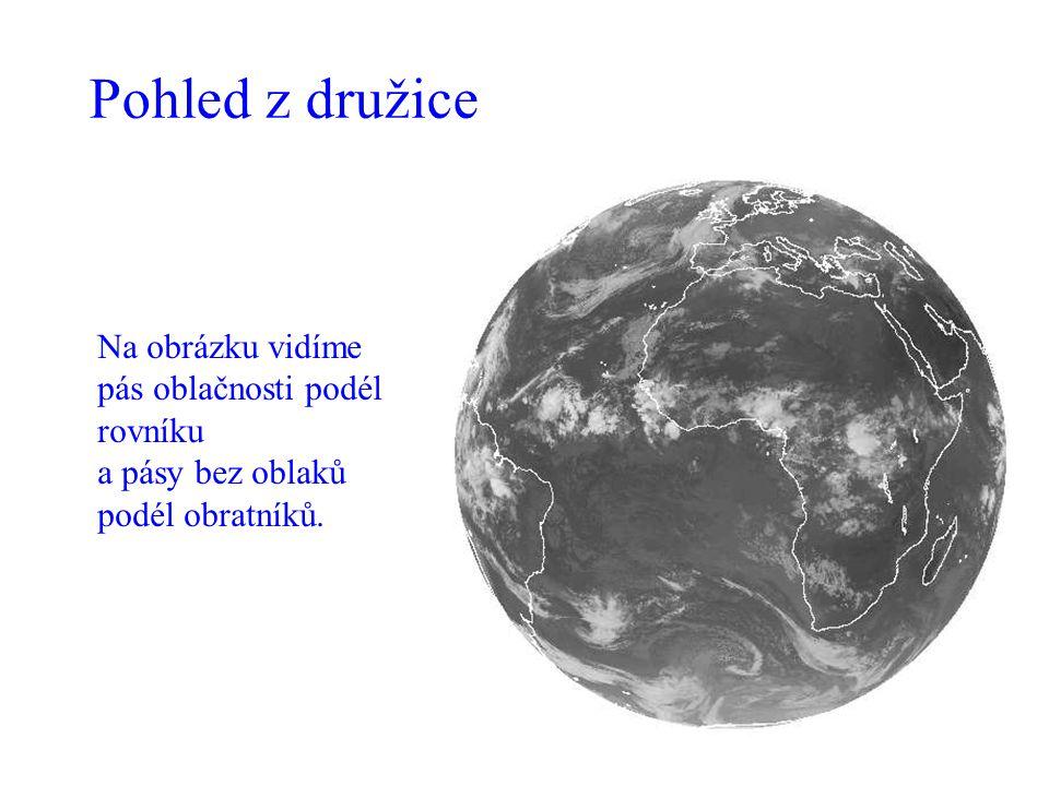 Pohled z družice Na obrázku vidíme pás oblačnosti podél rovníku a pásy bez oblaků podél obratníků.