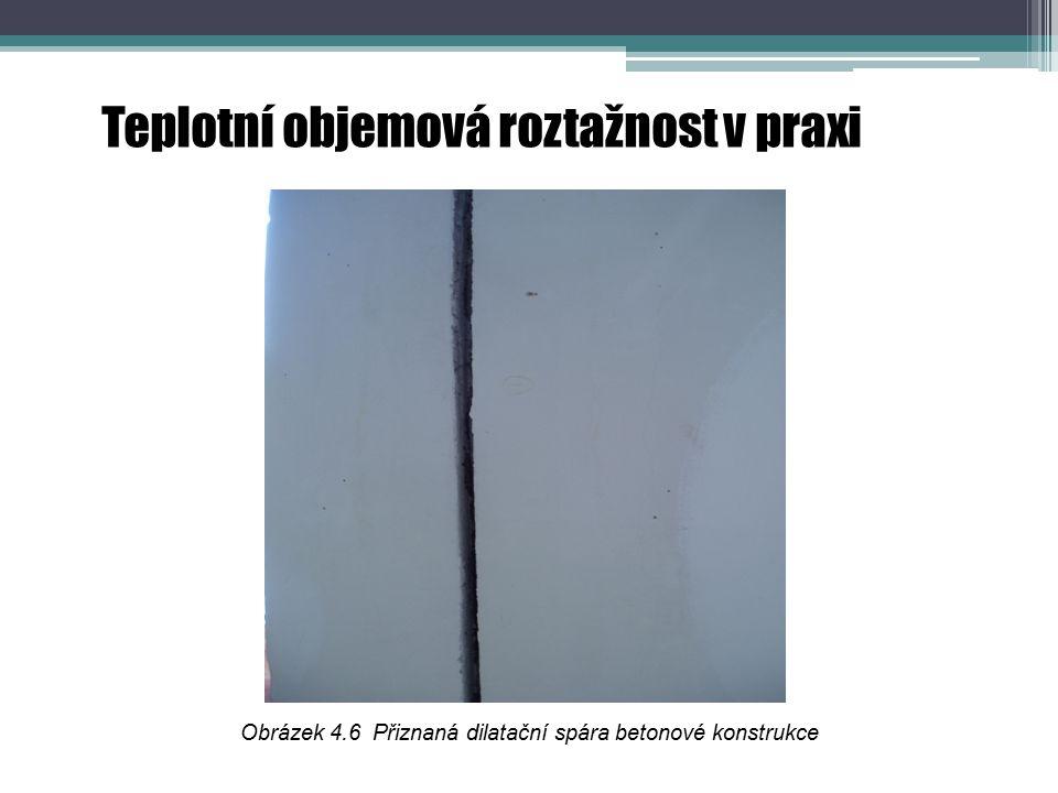 Teplotní objemová roztažnost v praxi Obrázek 4.6 Přiznaná dilatační spára betonové konstrukce
