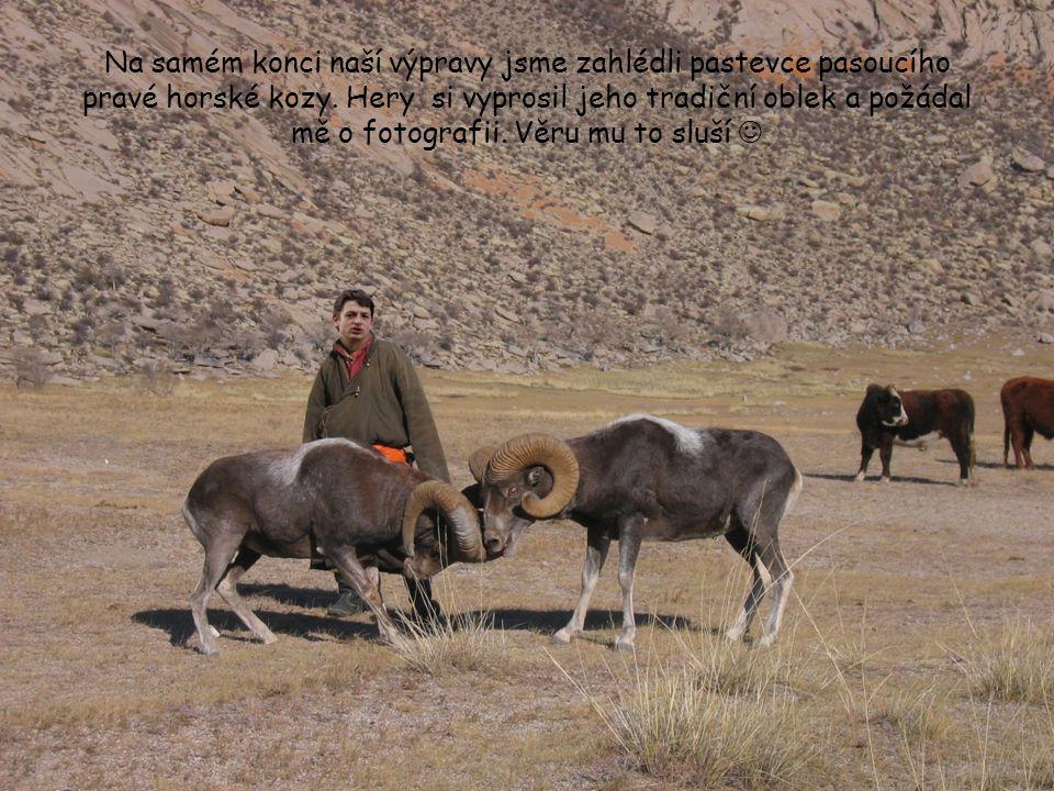 Na samém konci naší výpravy jsme zahlédli pastevce pasoucího pravé horské kozy. Hery si vyprosil jeho tradiční oblek a požádal mě o fotografii. Věru m