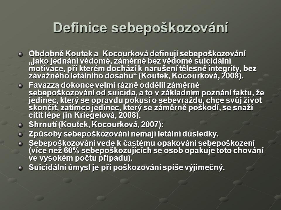 """Definice sebepoškozování Obdobně Koutek a Kocourková definují sebepoškozování """"jako jednání vědomé, záměrné bez vědomé suicidální motivace, při kterém dochází k narušení tělesné integrity, bez závažného letálního dosahu (Koutek, Kocourková, 2008)."""