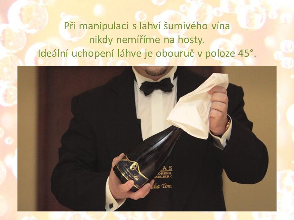 Při manipulaci s lahví šumivého vína nikdy nemíříme na hosty.