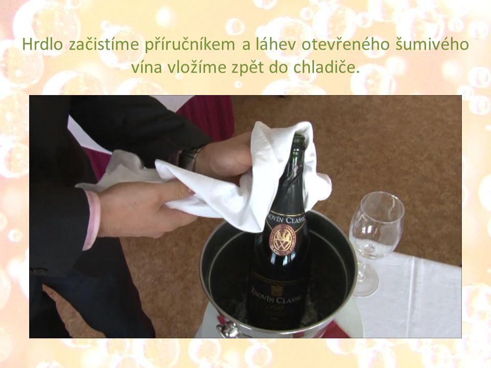 Hrdlo začistíme příručníkem a láhev otevřeného šumivého vína vložíme zpět do chladiče.