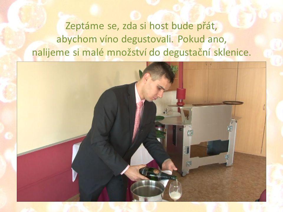 Zeptáme se, zda si host bude přát, abychom víno degustovali.
