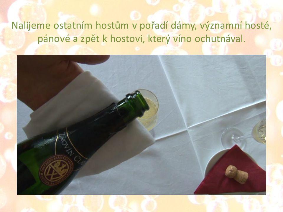 Nalijeme ostatním hostům v pořadí dámy, významní hosté, pánové a zpět k hostovi, který víno ochutnával.