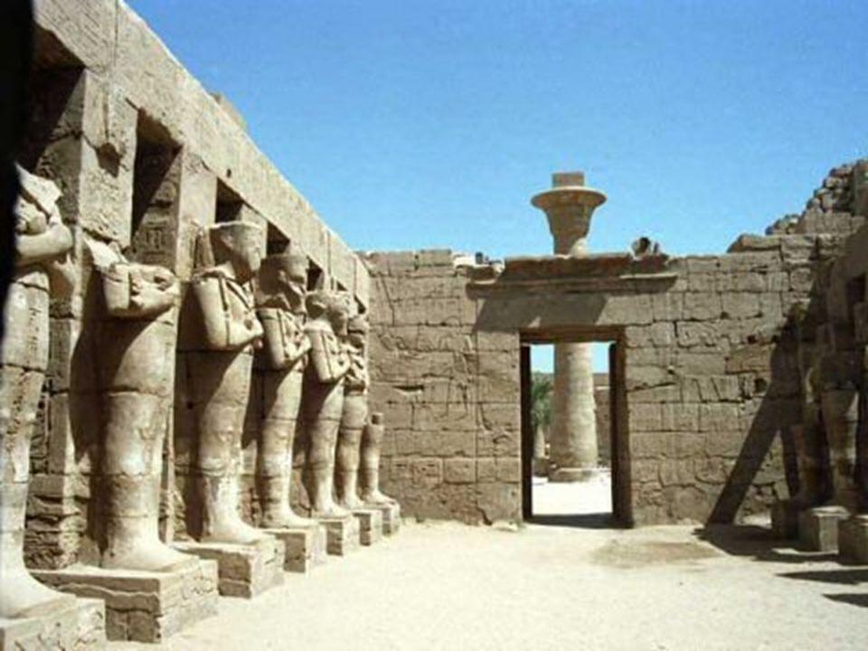 Chrám v Karnaku  Monumentální komplex svatyň, domů, pylonů, soch, katedrál a obelisků. Město bohů.Všechny stavby jsou zasvěceny Thebským bohům a egyp