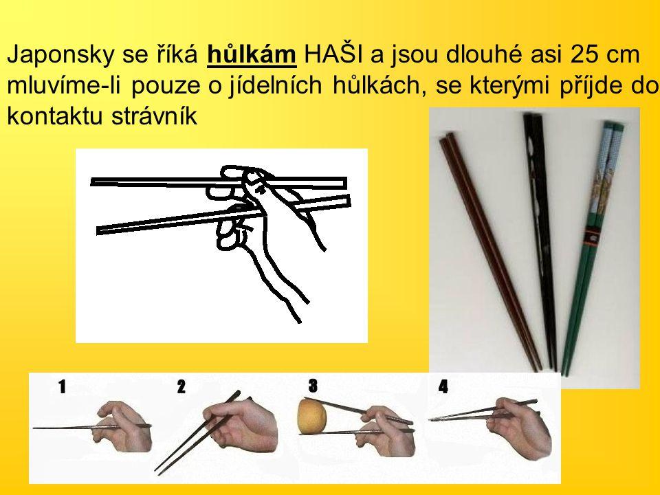 Japonsky se říká hůlkám HAŠI a jsou dlouhé asi 25 cm mluvíme-li pouze o jídelních hůlkách, se kterými příjde do kontaktu strávník