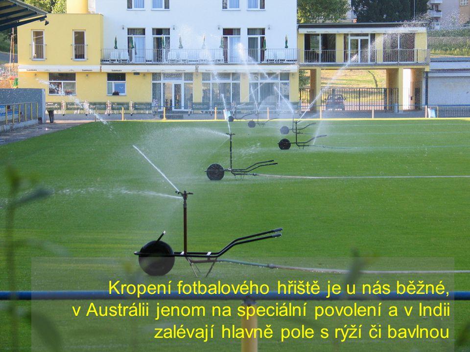 Kropení fotbalového hřiště je u nás běžné, v Austrálii jenom na speciální povolení a v Indii zalévají hlavně pole s rýží či bavlnou