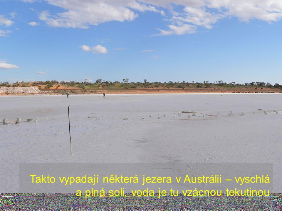 Dole není cesta z písku, ale vyschlé koryto řeky – další obrázek nedostatku vody z Austrálie