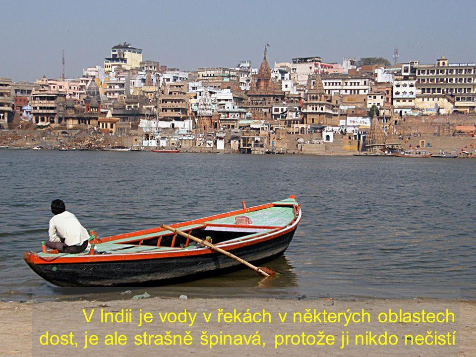 Indické řeky, například Ganga, jsou centrem veškerého dění: na březích lidé provádí osobní hygienu nebo prodávají zboží jako na trhu