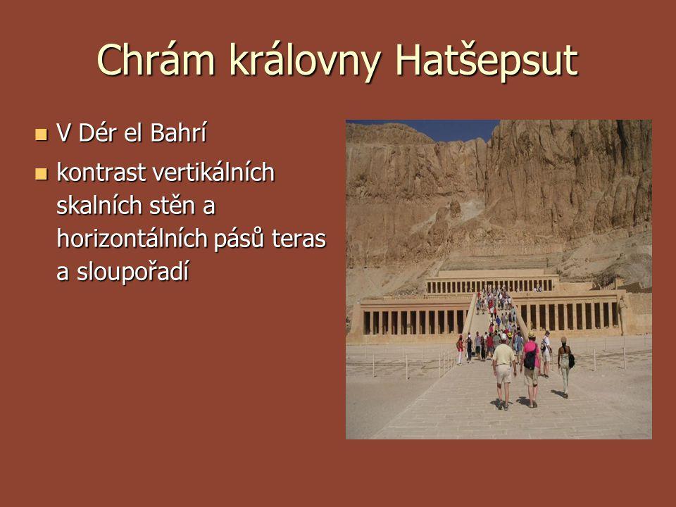 Chrám královny Hatšepsut V Dér el Bahrí V Dér el Bahrí kontrast vertikálních skalních stěn a horizontálních pásů teras a sloupořadí kontrast vertikáln