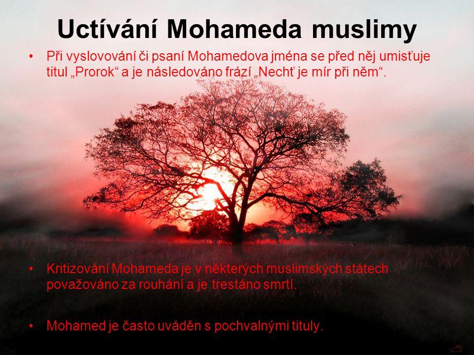 """Uctívání Mohameda muslimy Při vyslovování či psaní Mohamedova jména se před něj umisťuje titul """"Prorok"""" a je následováno frází """"Nechť je mír při něm""""."""