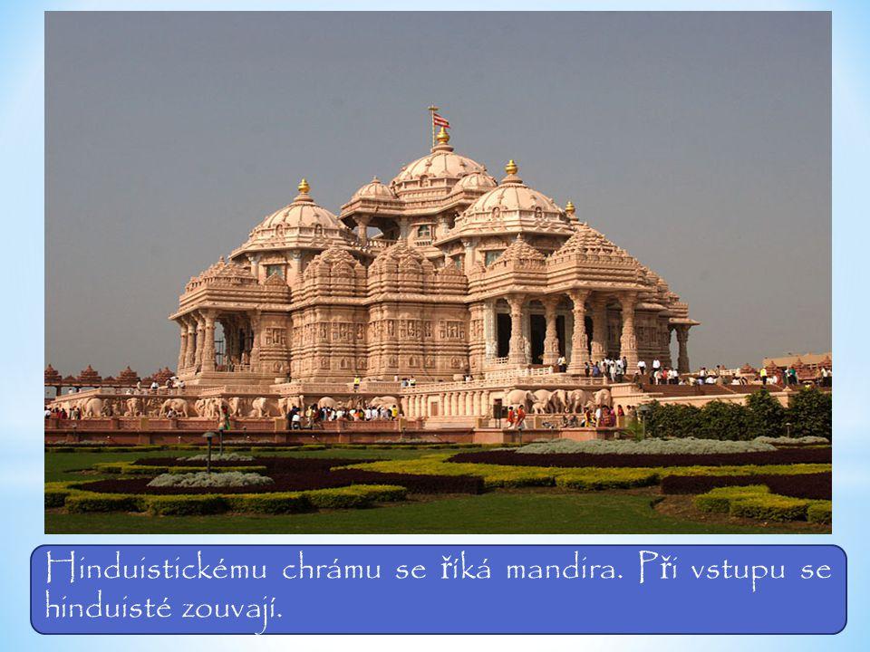 Hinduistickému chrámu se ř íká mandira. P ř i vstupu se hinduisté zouvají.