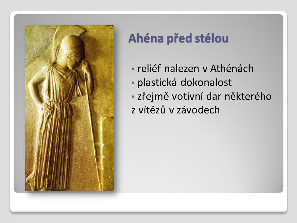 Ahéna před stélou reliéf nalezen v Athénách plastická dokonalost zřejmě votivní dar některého z vítězů v závodech