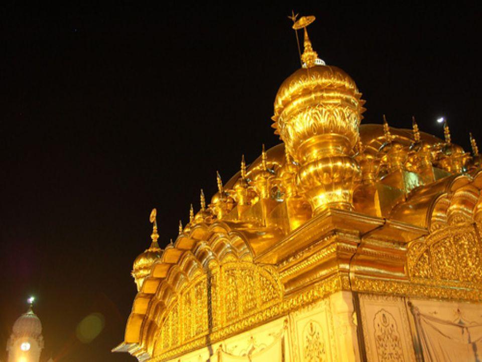Zlatý chrám v Amritsaru je Sikhy pova ž ován za nejkrásn ě jší chrám na sv ě t ě.Vlastní chrám Darbár-Sáhib je tém ěř celý vn ě i zevnit ř pokrytý plátkovým zlatem.