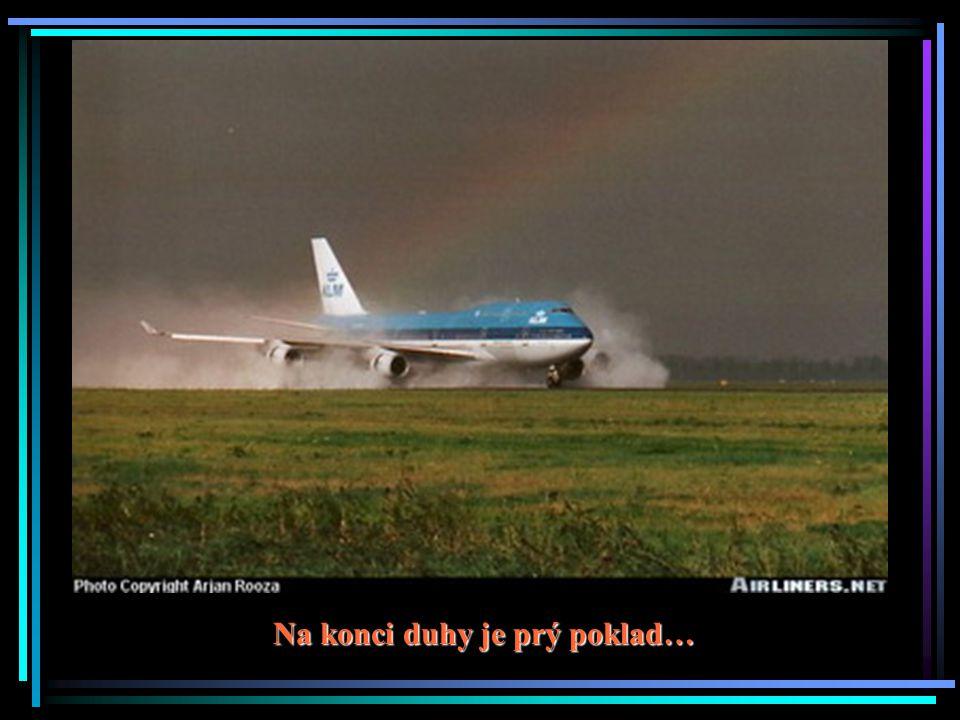 Pozor, letadlo zprava!