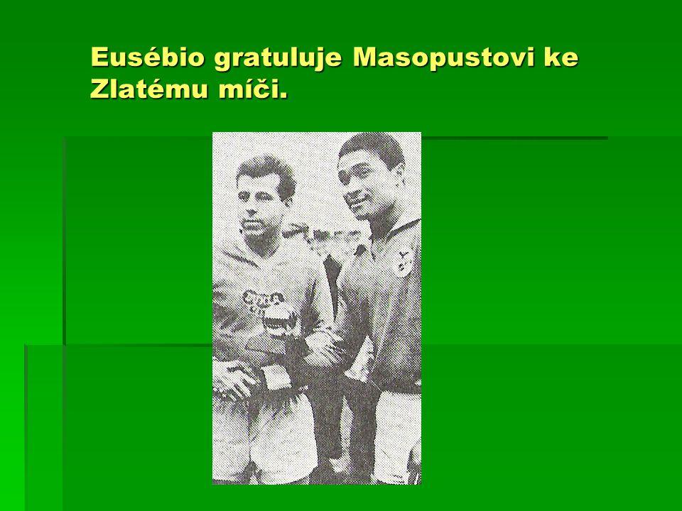Eusébio gratuluje Masopustovi ke Zlatému míči.