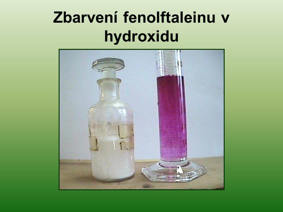 Zbarvení fenolftaleinu v hydroxidu