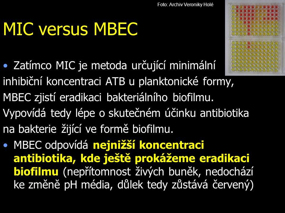 Zatímco MIC je metoda určující minimální inhibiční koncentraci ATB u planktonické formy, MBEC zjistí eradikaci bakteriálního biofilmu. Vypovídá tedy l