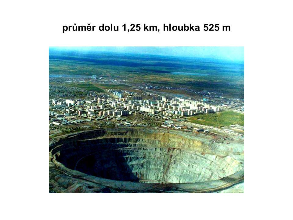 průměr dolu 1,25 km, hloubka 525 m