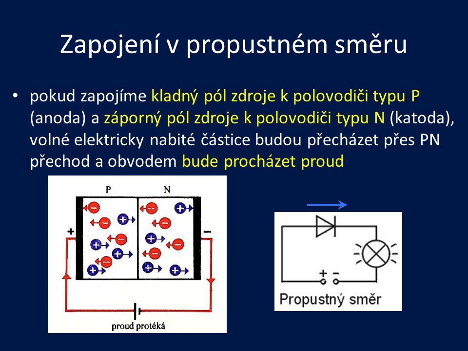Zapojení v propustném směru pokud zapojíme kladný pól zdroje k polovodiči typu P (anoda) a záporný pól zdroje k polovodiči typu N (katoda), volné elek