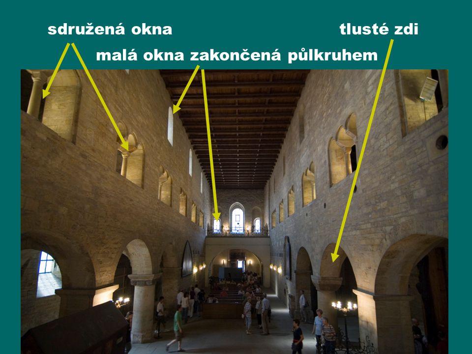 malá okna zakončená půlkruhem sdružená oknatlusté zdi