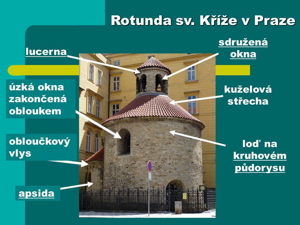 apsida lucerna loď na kruhovém půdorysu kuželová střecha sdružená okna Rotunda sv. Kříže v Praze obloučkový vlys úzká okna zakončená obloukem
