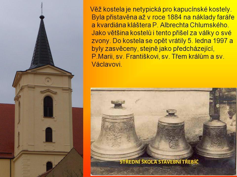 Věž kostela je netypická pro kapucínské kostely.