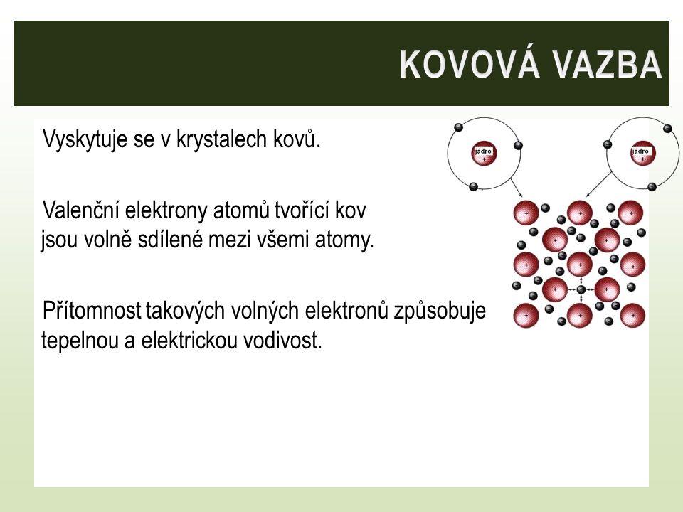 Vyskytuje se v krystalech kovů. Valenční elektrony atomů tvořící kov jsou volně sdílené mezi všemi atomy. Přítomnost takových volných elektronů způsob
