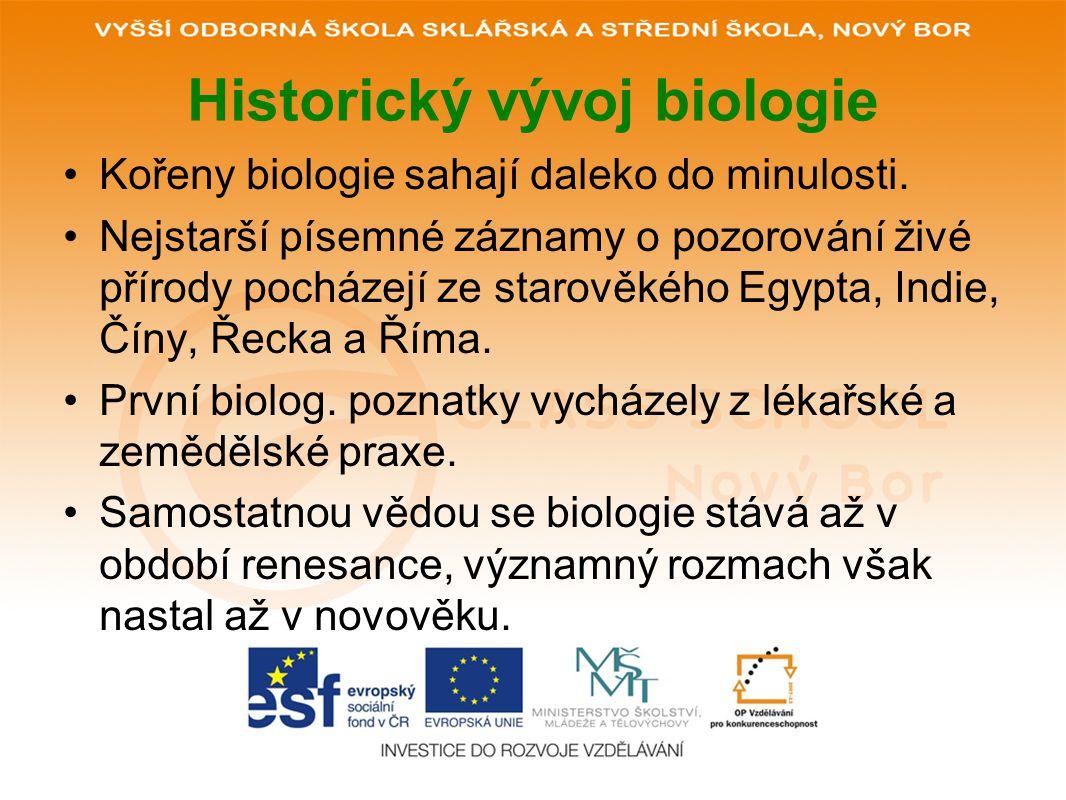 Historický vývoj biologie Kořeny biologie sahají daleko do minulosti. Nejstarší písemné záznamy o pozorování živé přírody pocházejí ze starověkého Egy