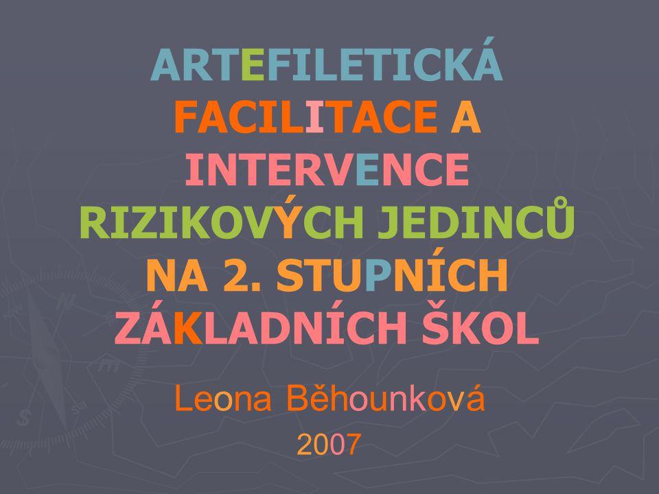 """Definice aRTefiLEtiKy ► ► Breslerová (1994), Jan Slavík (1997) ► ► """"propojení umělecky kreativního projevu s přemýšlivou reflexí (Brugger 2006) ► ► zážitkově pojatá Vv zaměřená na sebezkušenost a psychosociální rozvoj (tvorba, zkušenost, reflektivní dialog, sebepoznání) ► ► mezičlánek mezi školním prostředím (Vv) a léčbou, psychoterapií (arteterapie)"""