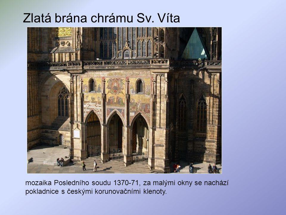 Zlatá brána chrámu Sv. Víta mozaika Posledního soudu 1370-71, za malými okny se nachází pokladnice s českými korunovačními klenoty.