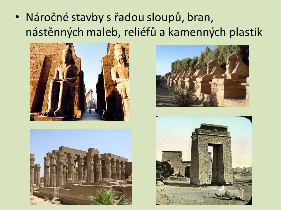 Náročné stavby s řadou sloupů, bran, nástěnných maleb, reliéfů a kamenných plastik