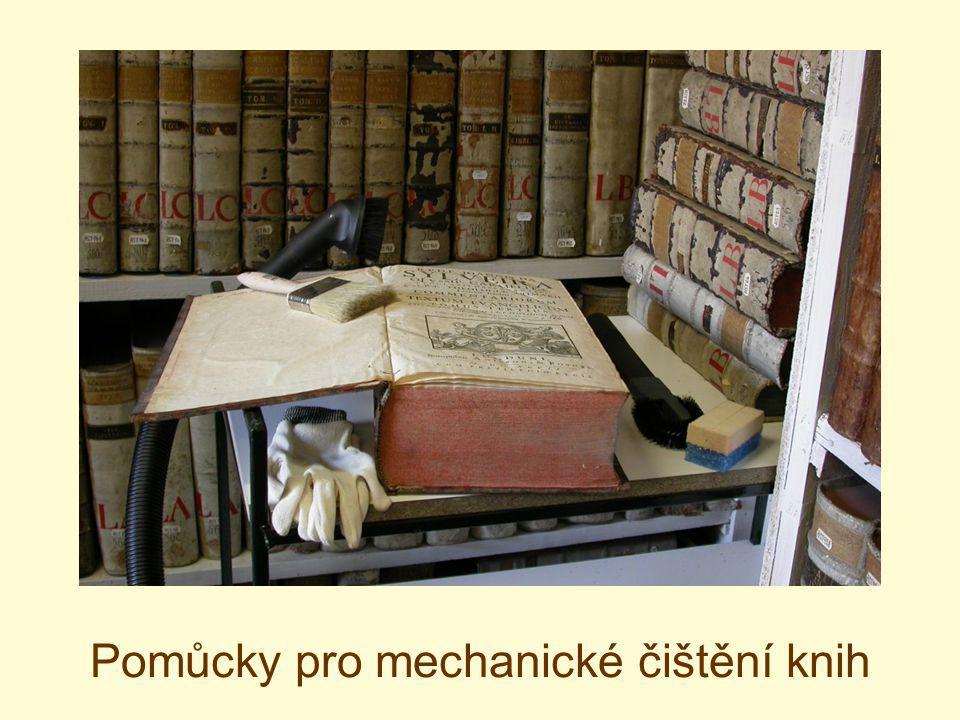 Pomůcky pro mechanické čištění knih